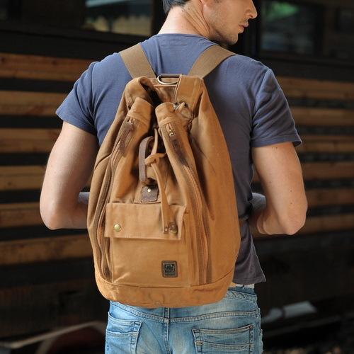 Мужской рюкзак с затягивающимся шнурком.