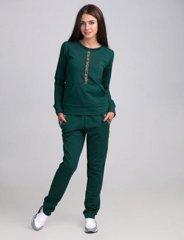 Зелёный спортивный костюм.