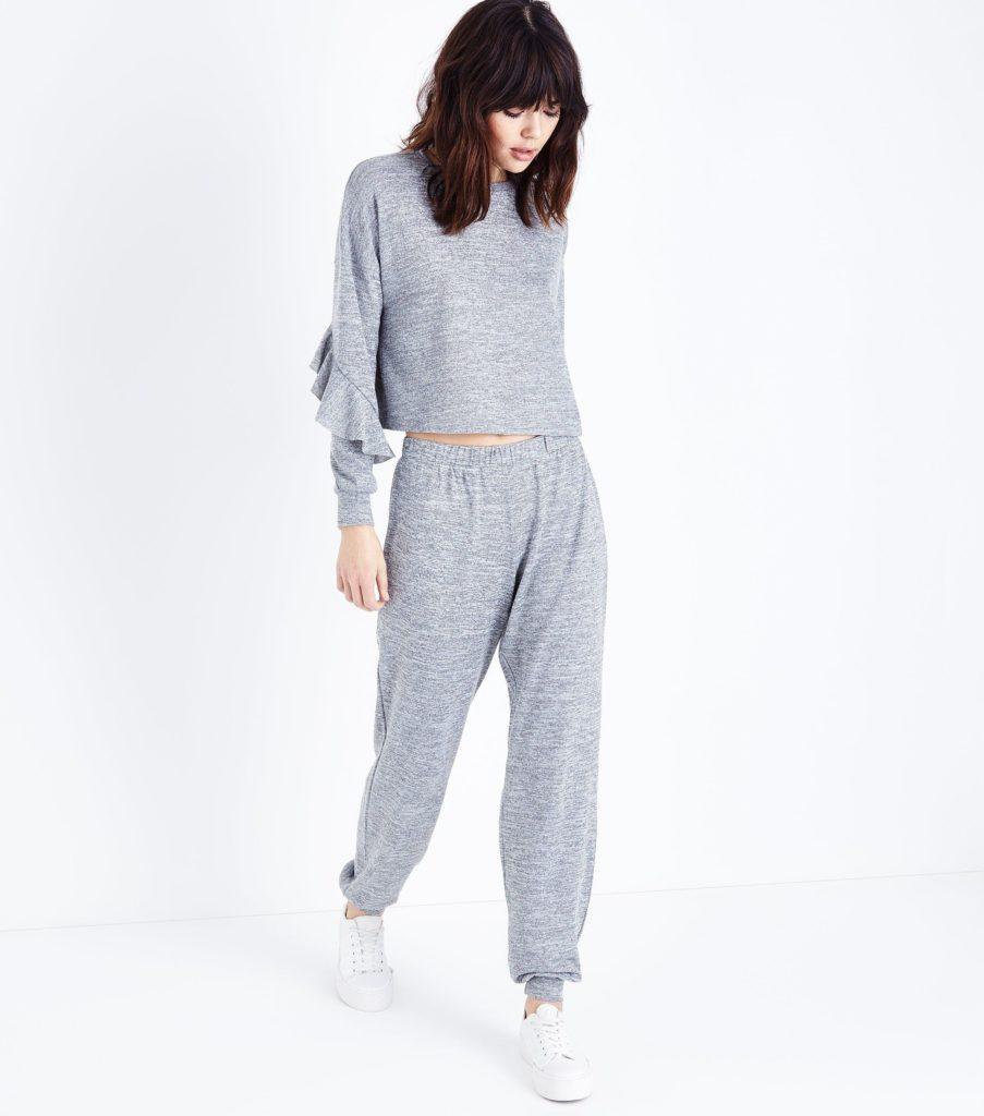 Костюм в пижамном стиле с воланами.