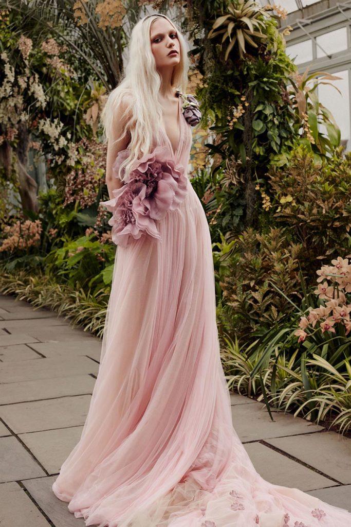 Свадебное платье пастельного тона.