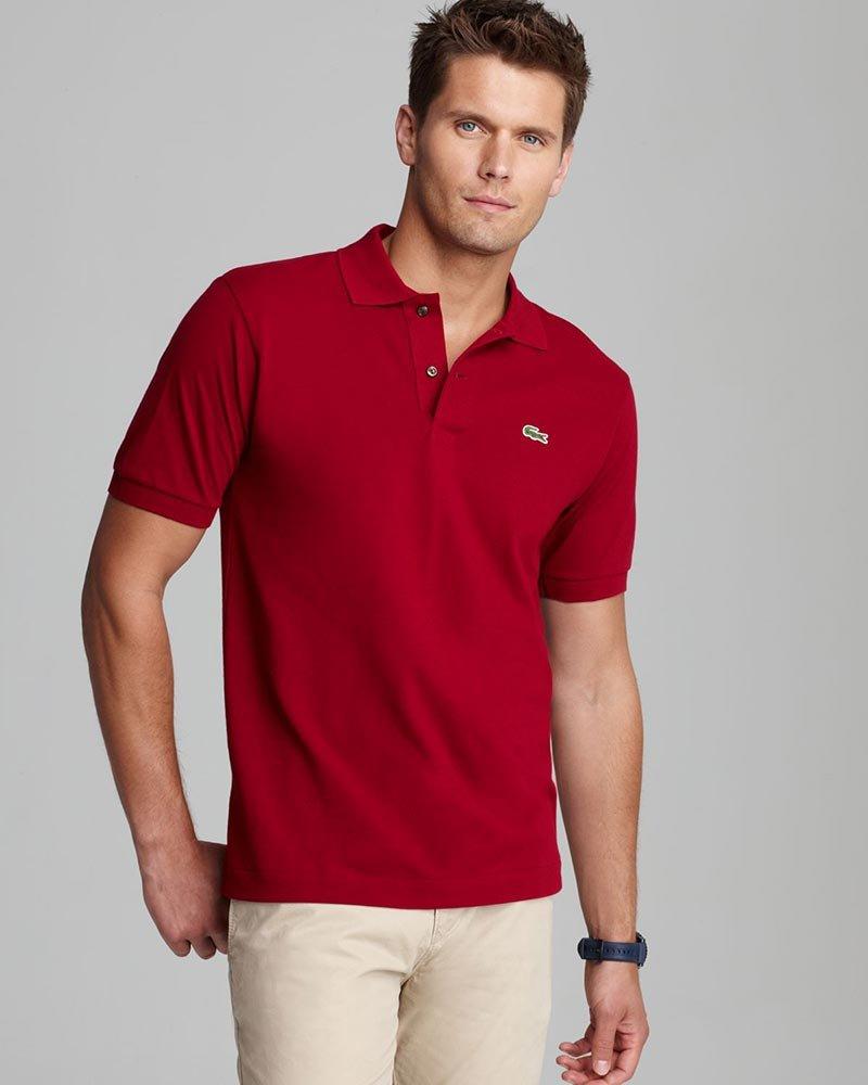 Красная футболка поло.