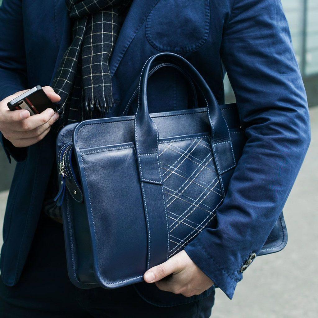 Синяя мужская сумка.