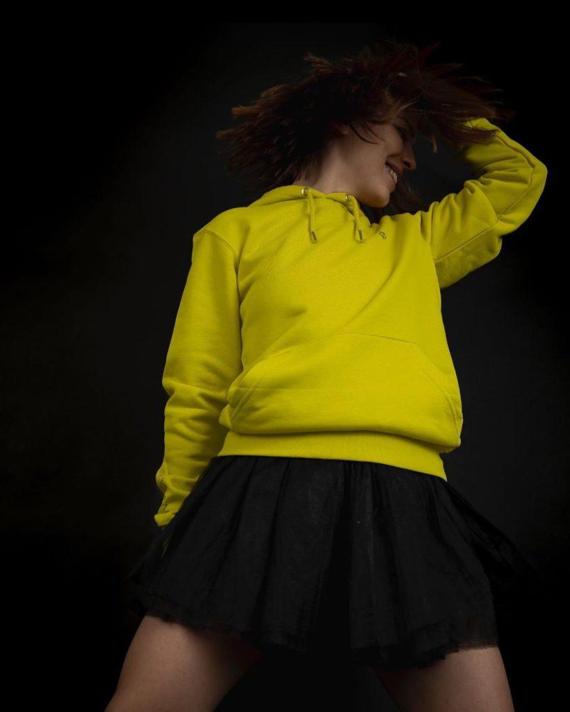 Жёлтое худи.