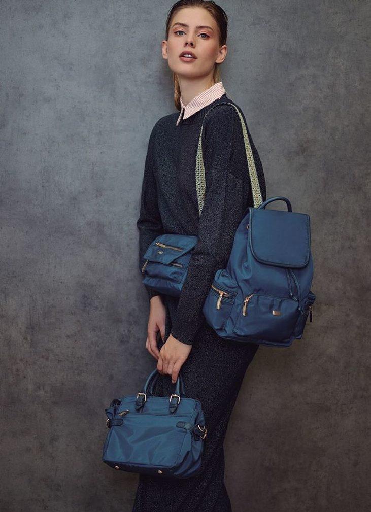 Синий рюкзак.