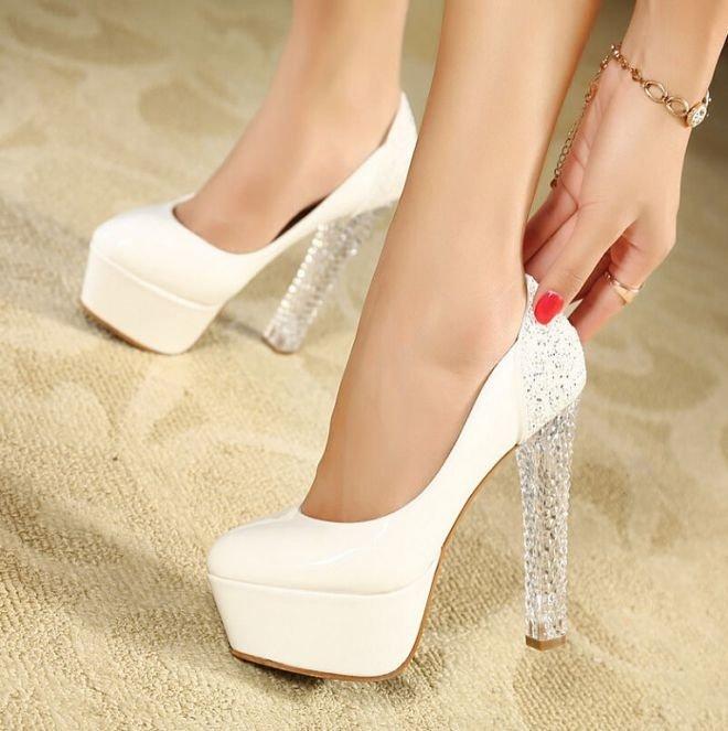 Белые туфли на каблуке.