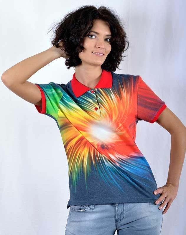 Разноцветная футболка поло.