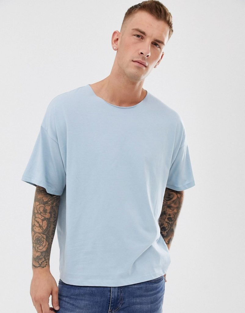 Голубая футболка.