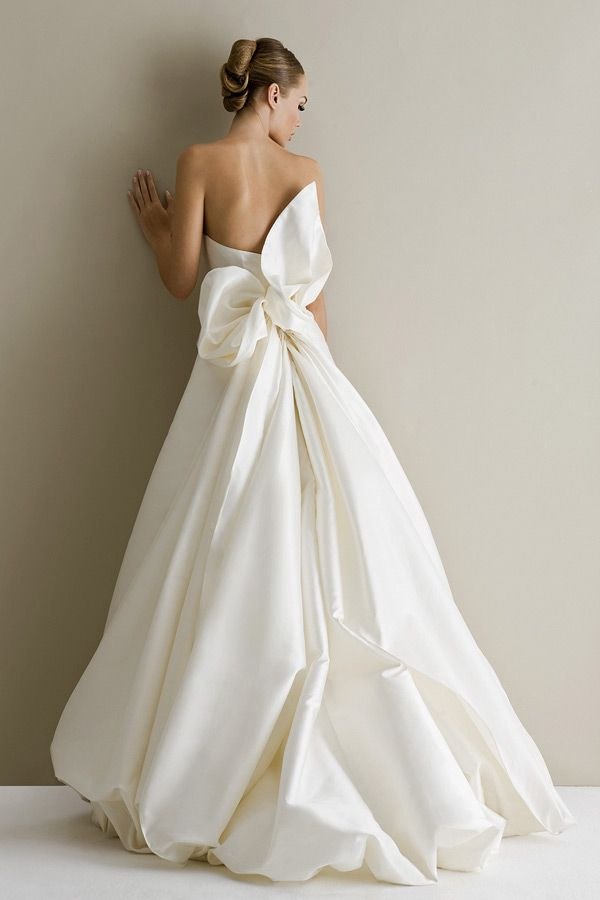 Свадебное платье с бантом.