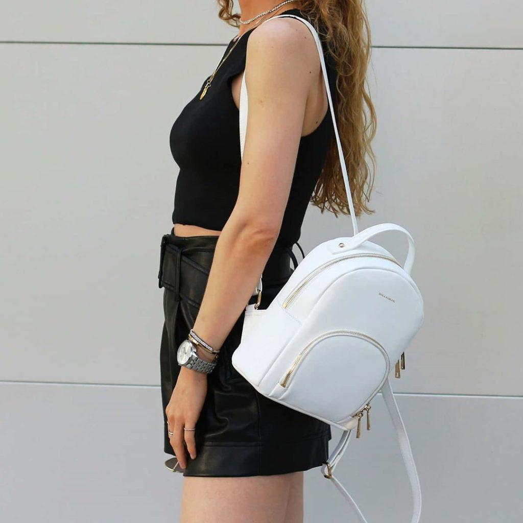 Белый рюкзак.