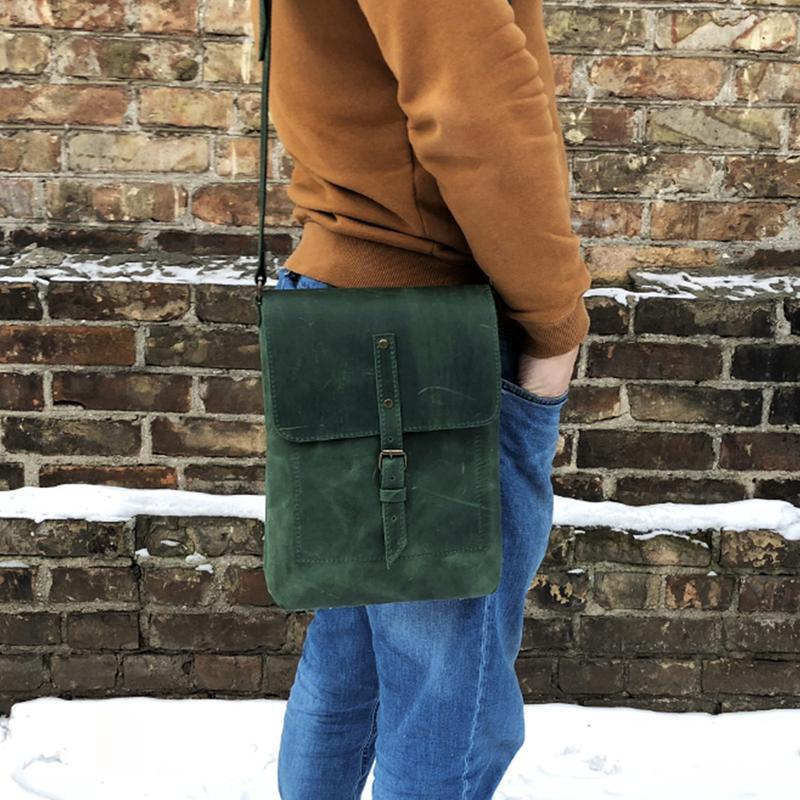 Зелёная мужская сумка.