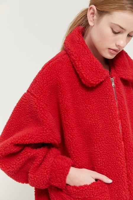 Красная меховая куртка.
