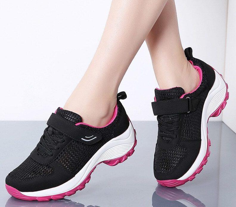 Чёрные кроссовки.
