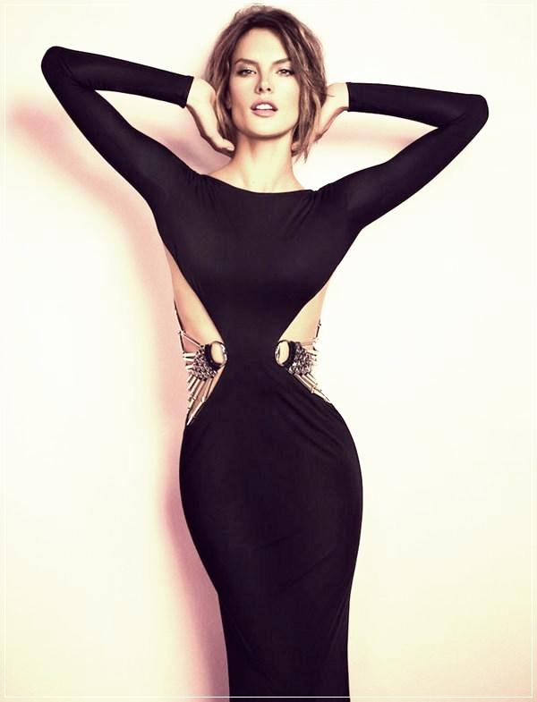 Облегающее платье с открытыми боками.