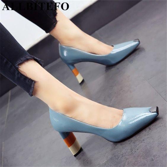 Голубые туфли с квадратным носом.