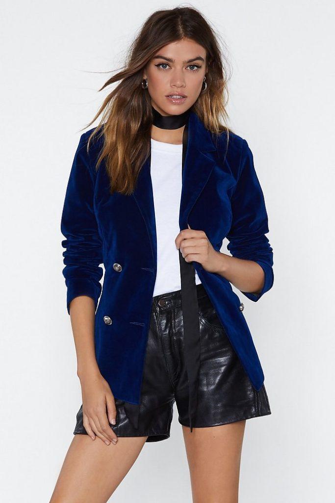 Пиджак с кожаными шортами.