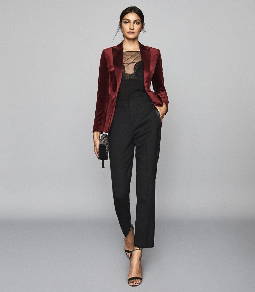 Красный пиджак и чёрные брюки.