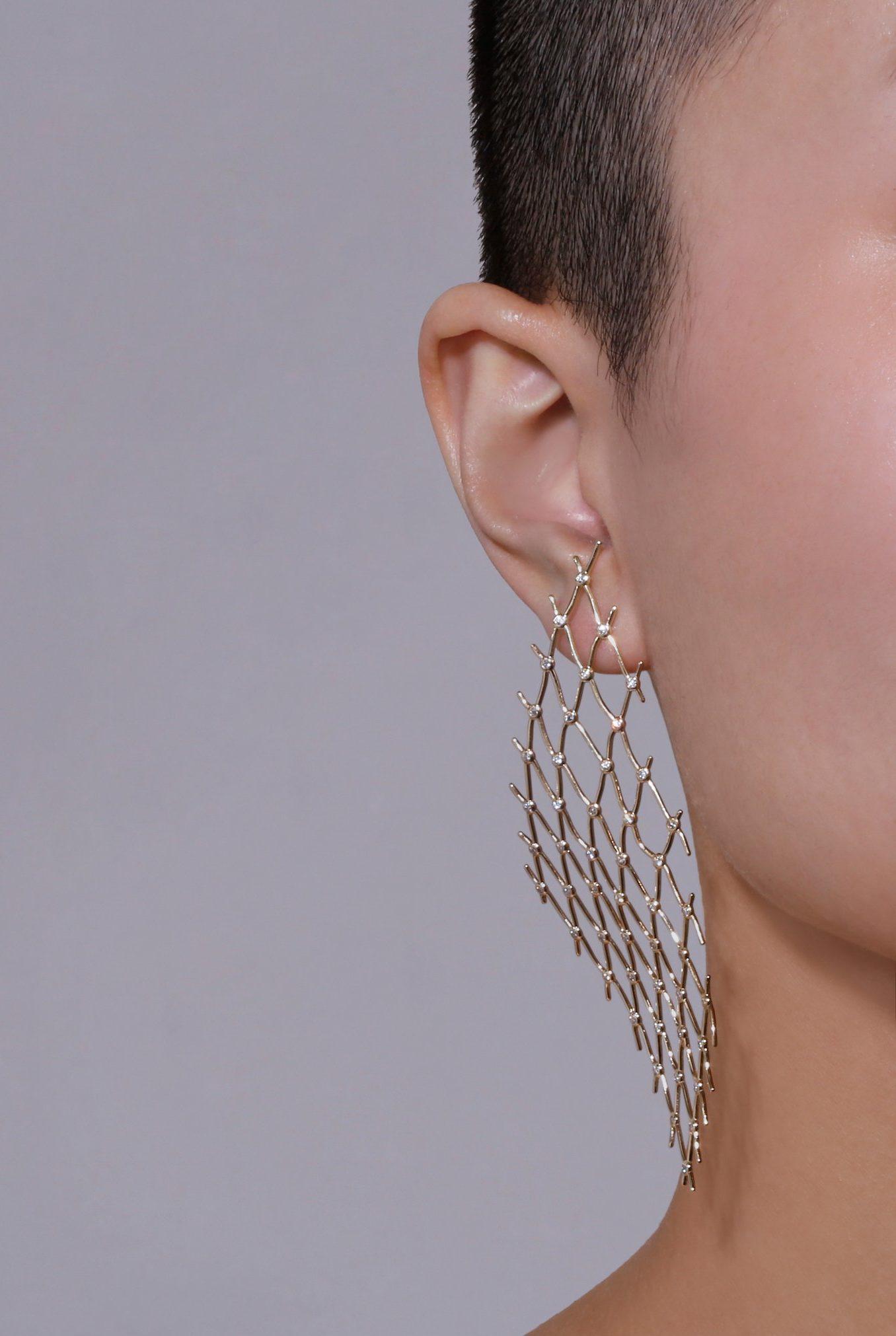 Необычные серьги с бриллиантами.