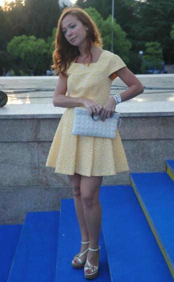 в коротком платье