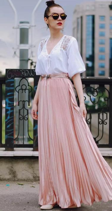 Светло-розовая юбка.