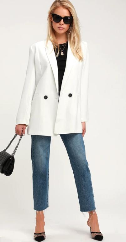 Белый удлинённый пиджак.