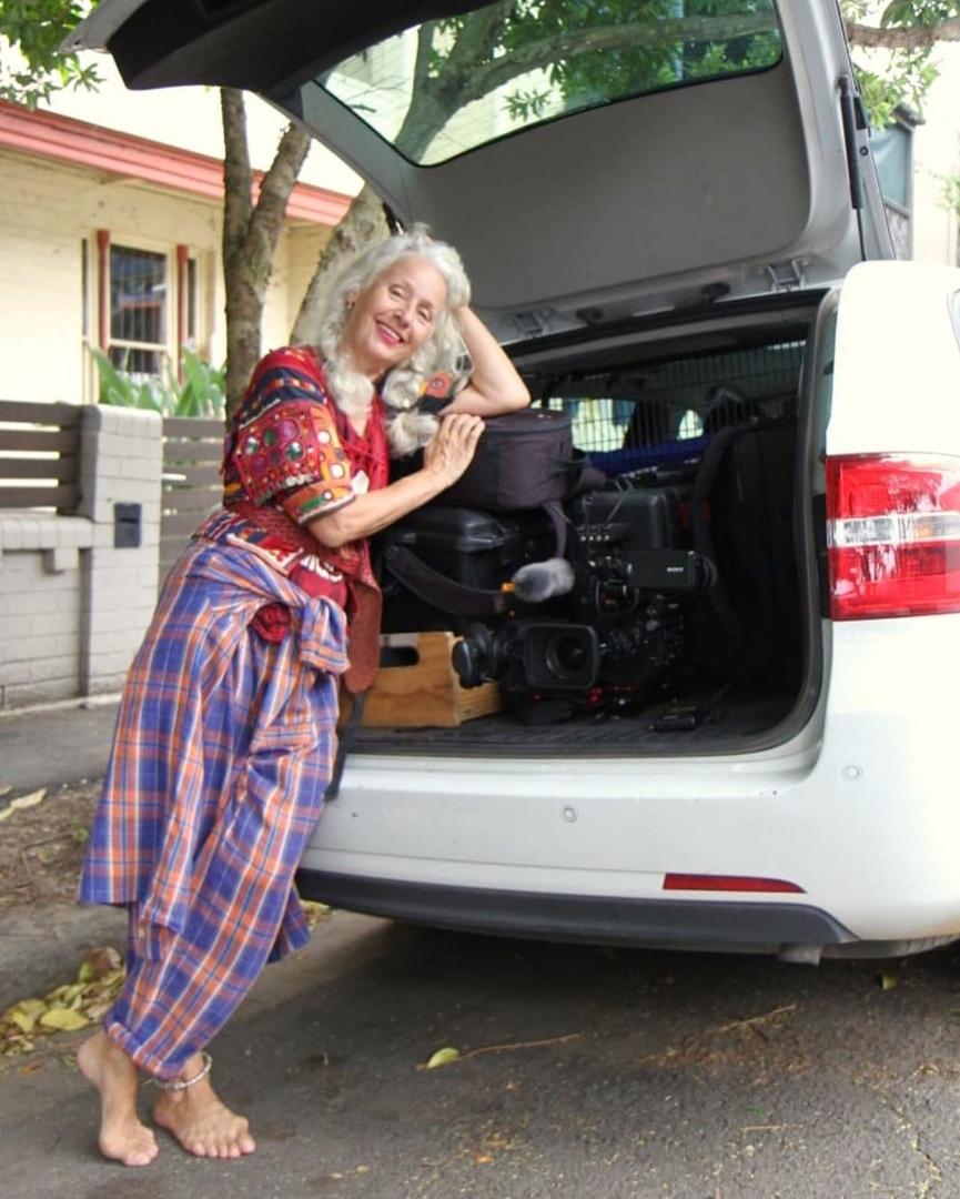 женщина возле машины