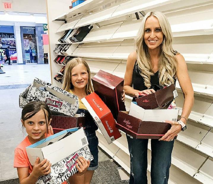Женщина с детьми в магазине