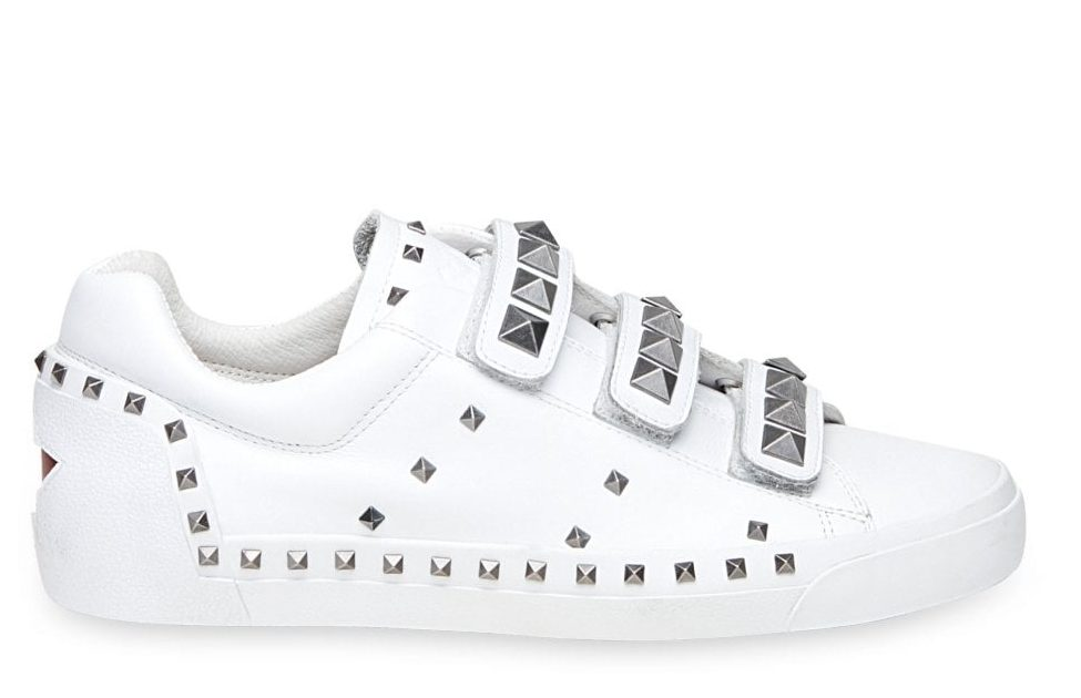 белые кроссовки на липучке.