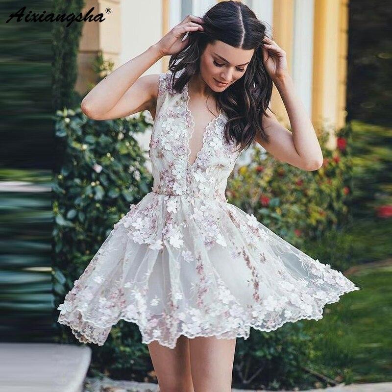 Короткое белое платье.