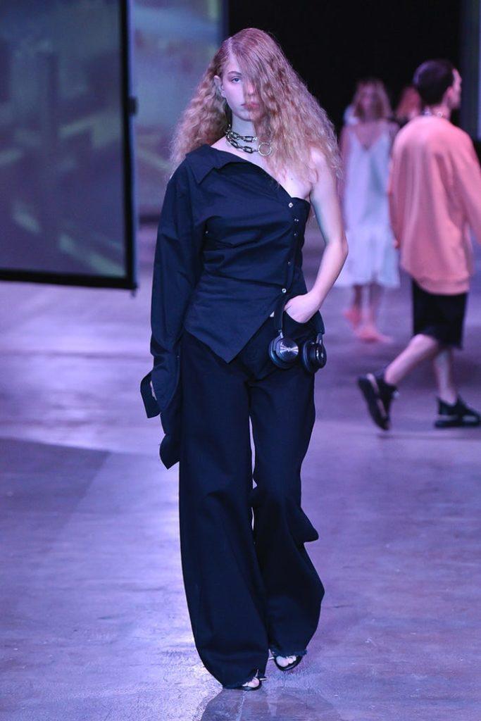 чёрный асимметричный костюм.