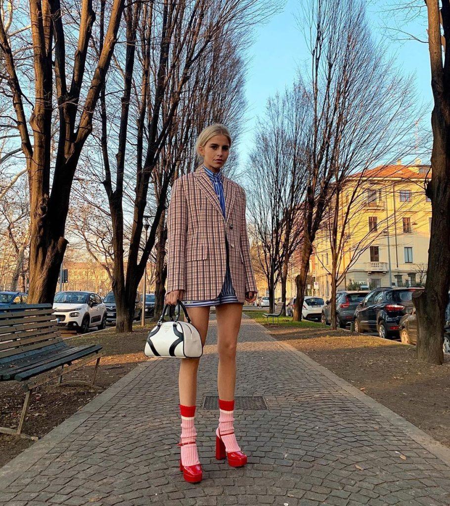Красные носки и туфли.