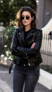 Чёрная кожаная куртка.