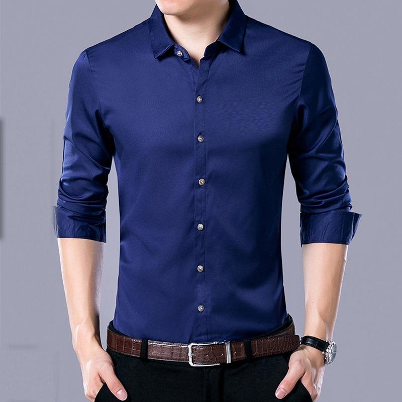 Синяя облегающая рубашка.