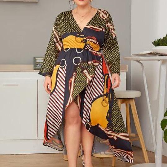Платье с абстрактным принтом.