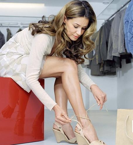 девушка надевает обувь