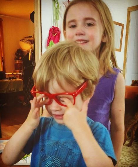 ребенок в очках без стекол