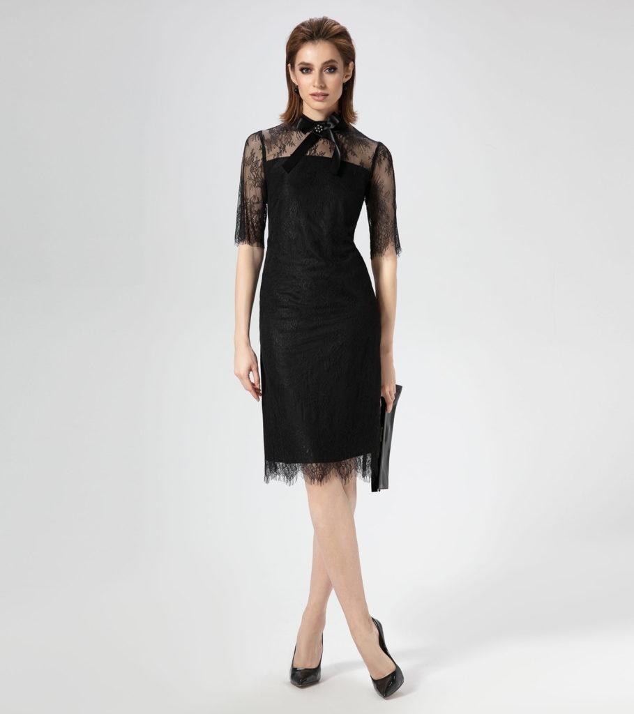 Чёрное платье с кружевной отделкой.