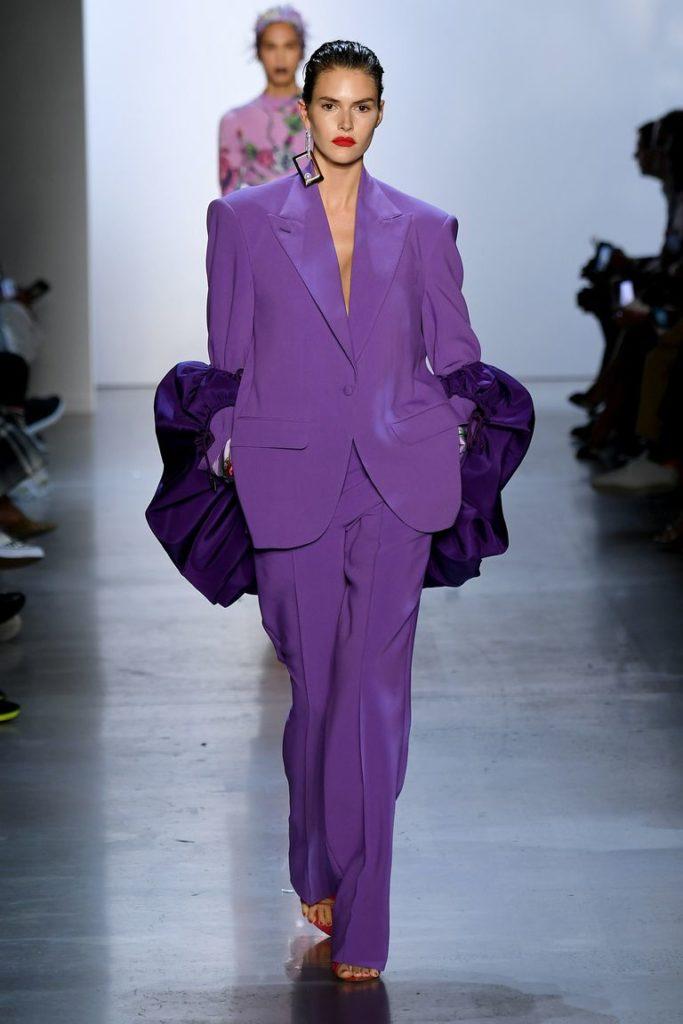 Фиолетовый костюм.
