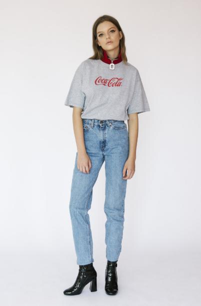 девушка в джинсах и футболке