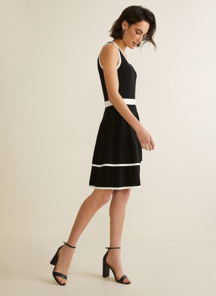 Платье с контрастной отделкой.