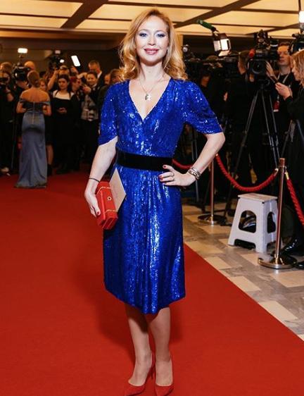 в синем платье