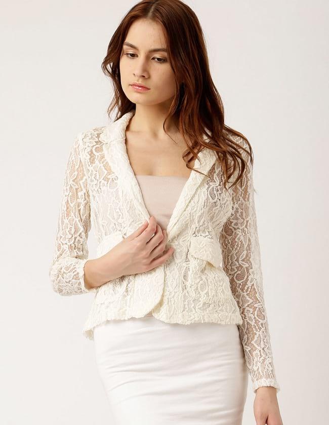 Белый кружевной пиджак.