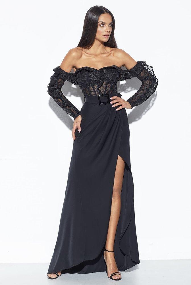 Длинное чёрное платье.