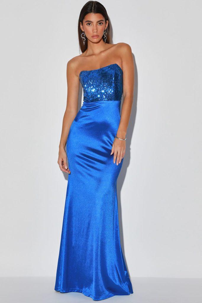Длинное синее платье.