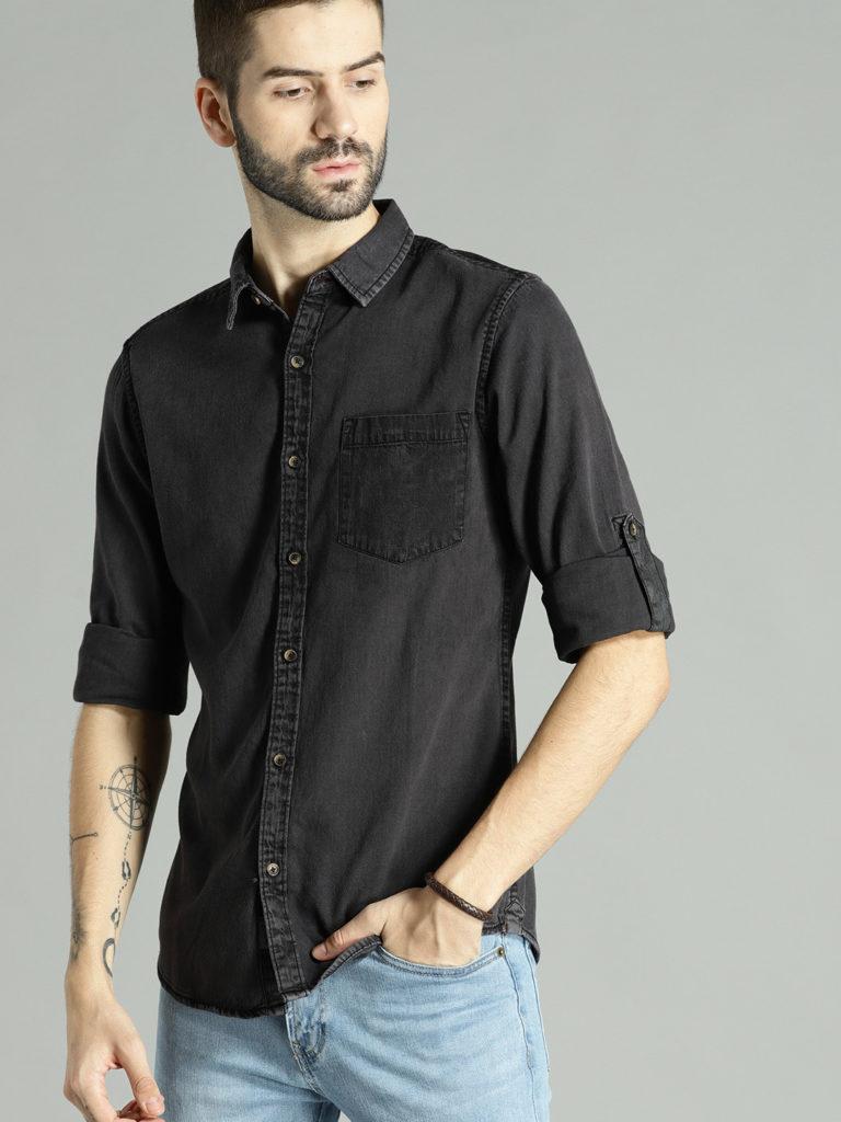 Чёрная джинсовая рубашка.