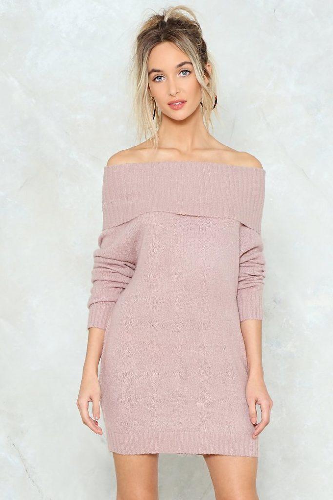 Платье с обнажёнными плечами.