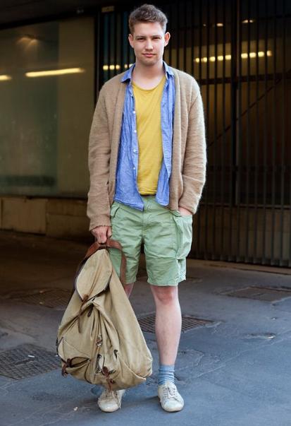 парень в мятой одежде