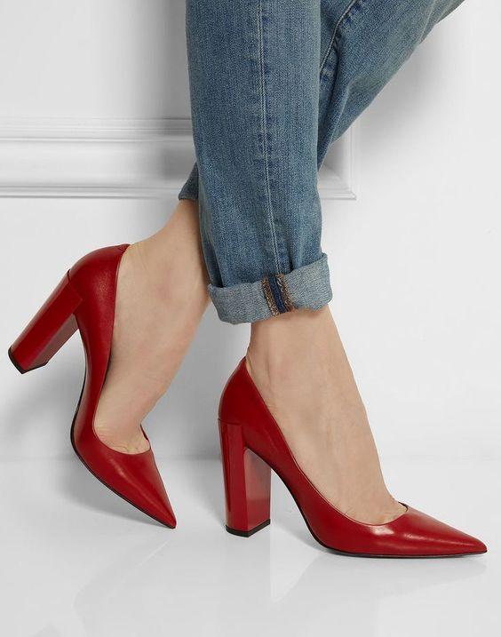 Красные туфли с острым носом.