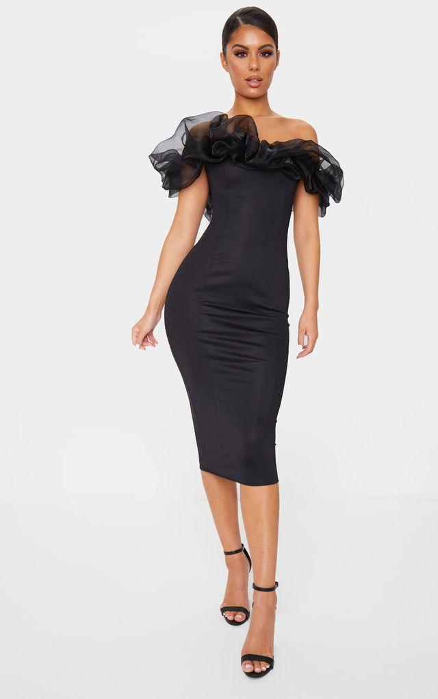 Облегающее чёрное платье.