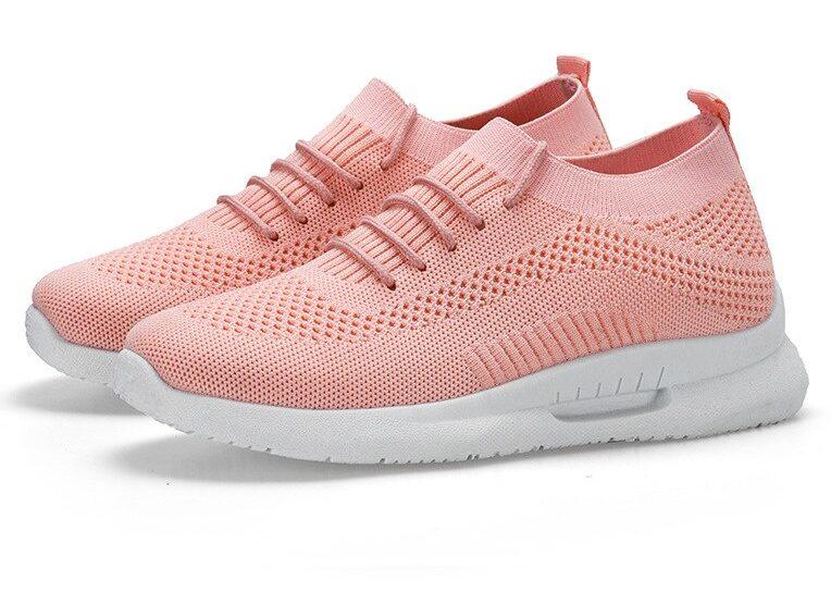 Розовые кроссовки.
