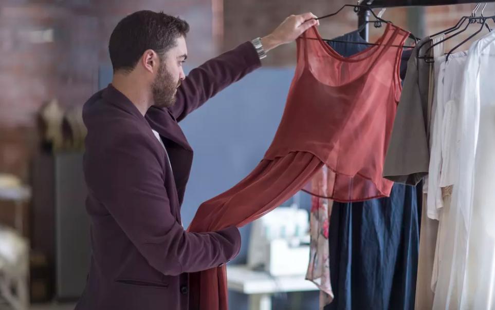 мужик рассматривает платье